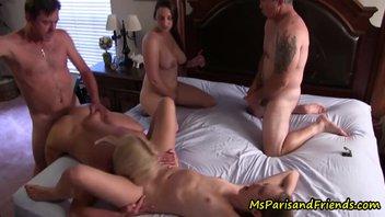 Мужики отлично дрючат сучек – жаркий групповой секс