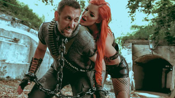 Племя амазонок загнало мужика на растерзание своей предводительнице но растерзали ее жопу