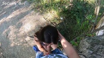 Русской подруге в очках захотелось отсосать  член  в парке