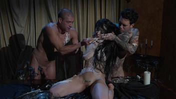 Катрина Джейд любит когда ее жестко трахают сразу два татуированных парня
