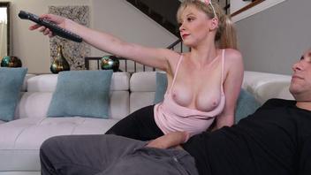 Игривая блондинка решила ублажить муженька во время просмотра телевизора