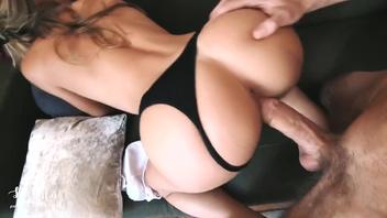 Секс с великолепной подругой на диване