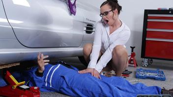 Молодая телка начала приставать к механику который чинил ее машину и получила член к себе в задницу