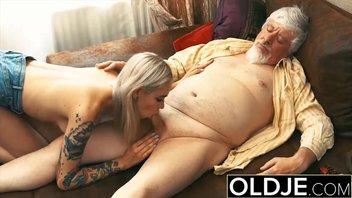Пузатый старый мужик вспоминает молодость и хорошенько ебется с молоденькой худой блондинкой