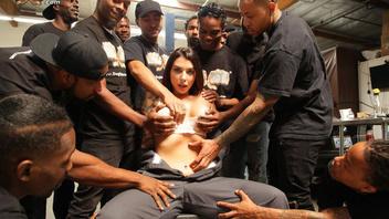 Темноволосая дама занимается сексом с группой темнокожих парней с большими членами