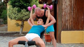 Тренер по фитнесу горячо трахнул сексуальную телку со спортивным телом