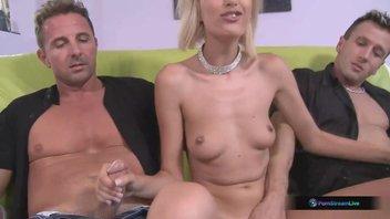 Худая блондинка прелести показывает и сосет двум любовникам, любит сучка минетить большие члены