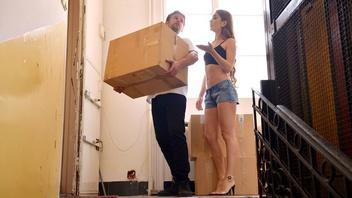 Парень помог соседке дотащить коробки до дома а та в знак благодарности дала себя трахнуть в жопу