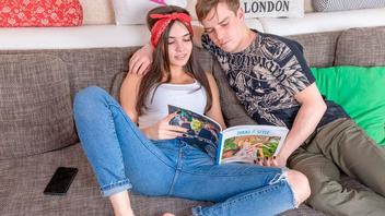 Два молодых студента занимаются сексом получая при этом сексуальное удовольствие