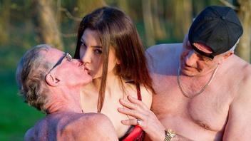 Развратная сучка трахается с мужиком преклонного возраста и кончает на его небольшом члене