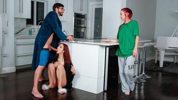 Эйприл на кухне уделила парню сестры внимание, в котором он нуждается