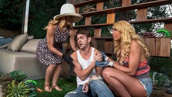 Секс с молодой блондинкой и ее голодной мамой
