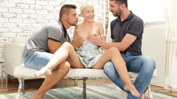 Два паря закорешились в баре со сладкой девушкой и хорошенько трахнули ее у себя на хате