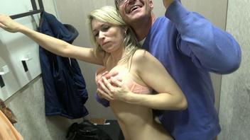 Безбашенная парочка чешских свингеров занимается сексом во время примерки рубашек в магазине