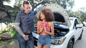 Девушка с одуванчиком на голове трахается на капоте автомобиля механика который ремонтировал ее машину