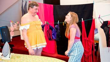 Тупой мужик трахается с молодой телочкой в женском платье и примеряет ее шмотки за ширмой