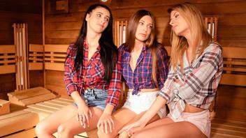 Две лесбияночки дождались пока их подруга уйдет и стали заниматься страстным сексом прямо в сауне