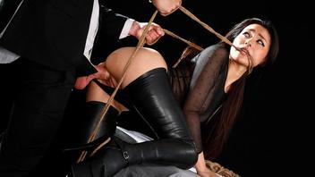 Мужик практикует бондаж на своей жене и трахает ее на большой и просторно кровати во все дырочки