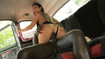 Девушка работала в такси и не смогла удержаться от большого черного члена мужика на заднем сидении