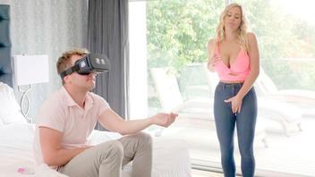 Мужик трахает свою приемную неродную мамашку пока играет в очках виртуальной реальности