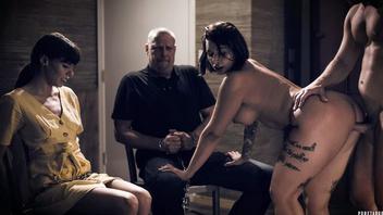 Мужик трахает шикарную сучку в темной комнате и заливает ей полный бак спермы после секса