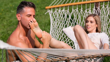 Нежный секс на природе с дрочкой ногами большого белого члена