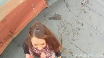 Молодой оператор трахнул незнакомку на крыше