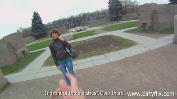 Кирстен (Kirsten) захотела потрахаться на лестничной площадке в подъезде