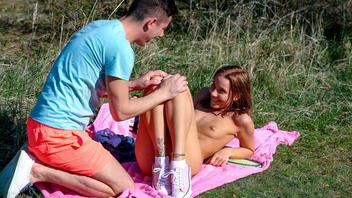Молодой парень пригласил свою девушку на пикник и трахнул ее прямо на траве