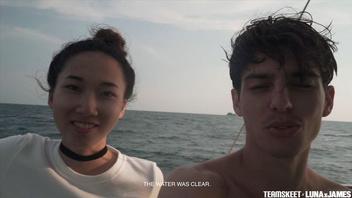 Жаркая азиатка трахается со своим молодым парнем и сосет его член прямо на берегу моря