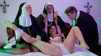 Монашки решили устроить небольшую оргию у себя и получить удовольствие
