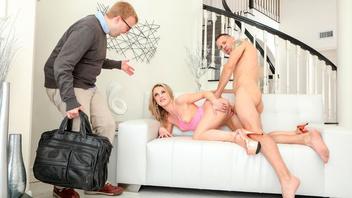 Муж вернулся с командировки и застал свою жену с любовником