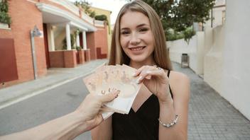 Русская сучка трахнулась с первым встречным за деньги