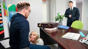 Светловолосая секретарша трахнулась со своим начальников прямо у него в кабинете
