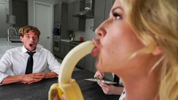 Страстная блондинка соскучилась по мужскому члену и соблазнила своего друга