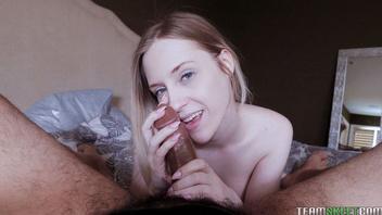 Молодая блондиночка играет с членом и делает возбуждающий страстный минет