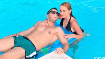 Сексуальная блондинка возле бассейна практикует жадный горловой минет