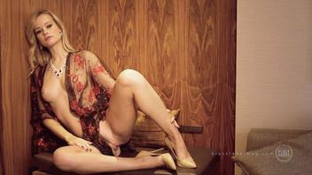 Молодая блондинка позирует на камеру и показывает свое сексуальное тело