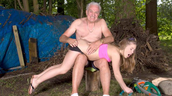 Старый развратник по полной наказал непослушную сексуальную блондиночку