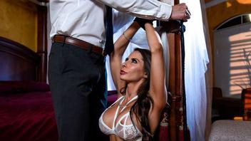 Мужчина с большим членом привязал любовницу к кровати и жестко отымел ее