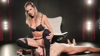 Сексуальная страстная госпожа обожает сидеть на лице своего безвольного раба