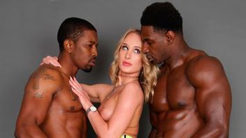Дейзи Стоун развлеклась с двумя огромными накаченными черными парнями