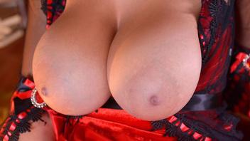 Зрелая брюнетка с большой грудью удовлетворяет сама себя вибратором