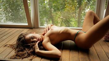 Длинноволосая красотка раздевается перед камерой и показывает свое тело