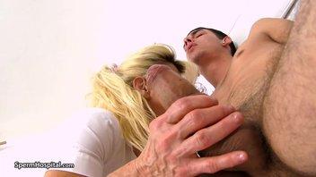 Зрелая баба замеряет пацану большой хуй и забавляется с пенисом