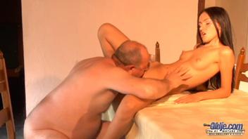 Старик трахает Сашу в её влажную киску