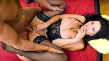 Кира Квин в чулках и сексуальном белье получила порцию горячего члена