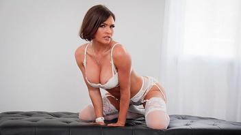 Сисястая брюнетка Крисси Линн получает горячую сперму из большого члена