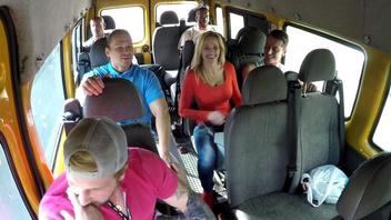 Жесткая групповуха в машине с ненасытной грудастой зрелой блондинкой
