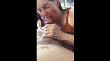 Бабулька дрочит хуй